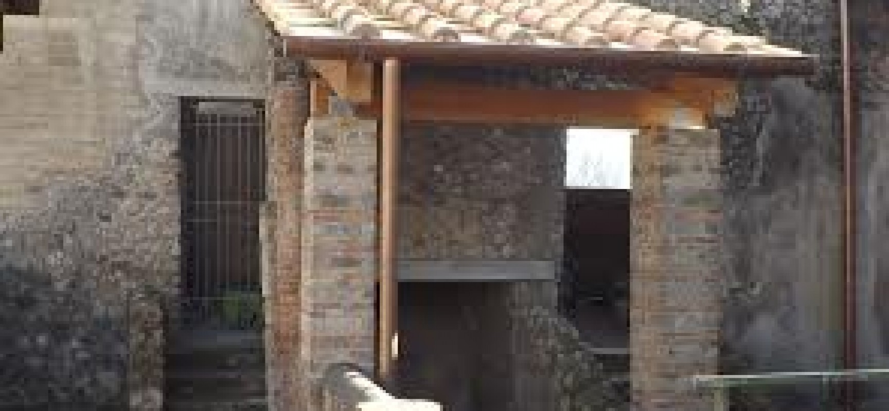 Pompei, automobilista distrugge muro Porta Stabia