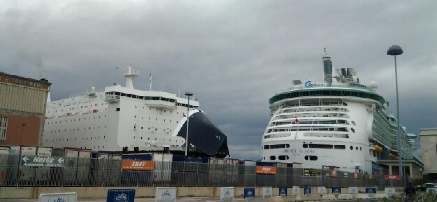 Porto, la prua della nave Napoli