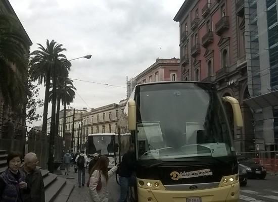 Napoli città solidale ma non turistica: aperte le chiese per i poveri ma chiusi i musei ai turisti che vanno via