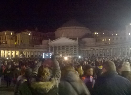 In centomila per Pino Daniele in piazza Plebiscito, la citta' in tilt per il flah mob