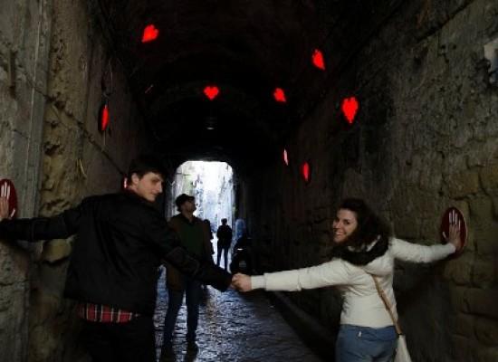 Napoli bacia i turisti, città invasa da cuori e visitatori