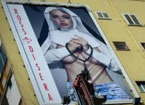 Papa Francesco, la pubblicità della modella suora che fa infuriare i napoletani