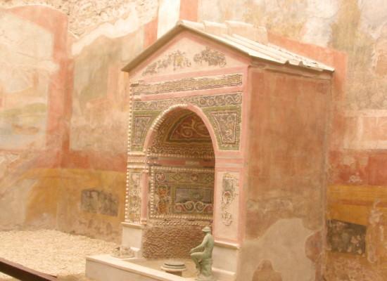 Pompei viaggio nella Casa della Fontana piccola tra folla di turisti e cantieri in corso