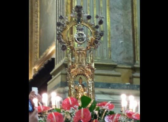 San Gennaro scioglie il sangue per una Napoli che non è un deserto